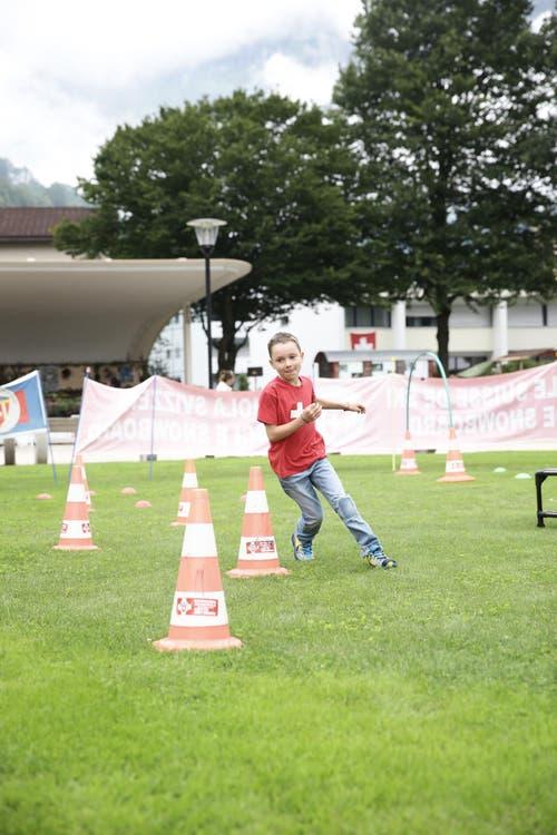 Impressionen von der grossen 1. Augustfeier in Engelberg. Im Bild: Silvan Huber (6) aus Beinwil am See macht mit beim Parcours der Skischule Engelberg im Kurpark (Bild: Manuela Jans / Neue LZ)