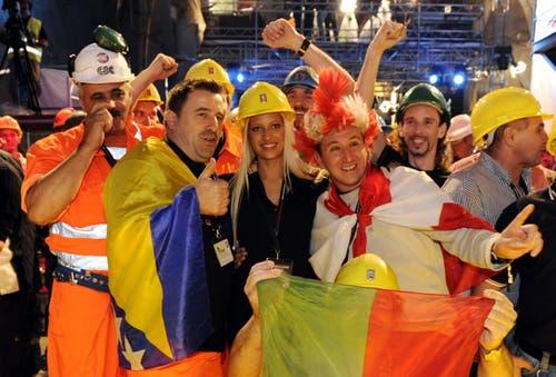 Sie hatten 2014 ihren Durchbruch am Gotthard: Bergbauarbeiter feiern mit Ex-Miss-Schweiz Christa Rigozzi, Mitte, im Zugangsstollen bei Faido. (Bild: KARL MATHIS)