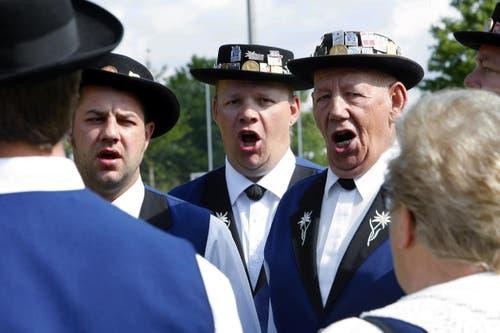 Drei Männerstimmen des Jodelclubs Walchwil legen sich ins Zeug. (Bild: Werner Schelbert / Neue ZZ)