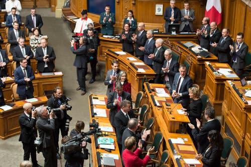 Bundesrätin Eveline Widmer-Schlumpf, rechts, spricht vor der Bundesversammlung. (Bild: KEYSTONE / PETER SCHNEIDER)