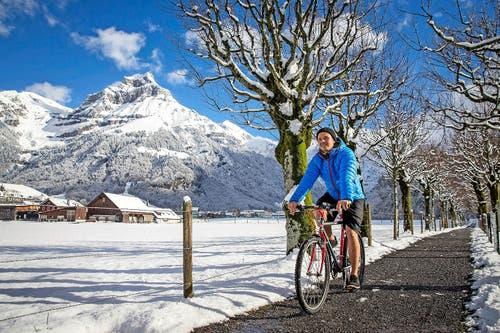 In Engelberg ist der Winter sichtbar eingekehrt. Der Velofahrer trotzt der jüngsten Kälte hingegen demonstrativ in kurzer Hose. (Bild: Philipp Schmidli)