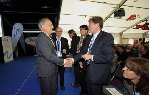 Regierungsrat Gerhard Odermatt stellt Bundesrat Schneider-Ammann seine Amtskollegen vor, wie hier gerade Regierungsrat Res Schmid. (Bild: André A. Niederberger / Neue NZ)