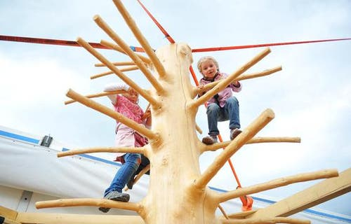 Für die Kleinen gibts einen Kletterturm. (Bild: Corinne Glanzmann / Neue NZ)