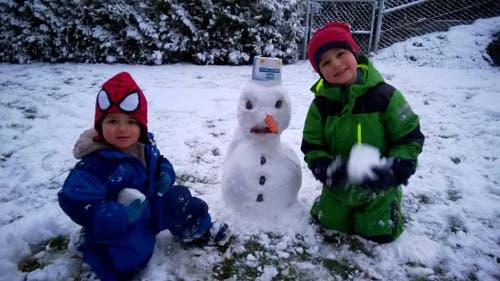 Lian und Jonah Koch aus Hellbühl bauen den ersten Schneemann. (Bild: Jörg Koch)