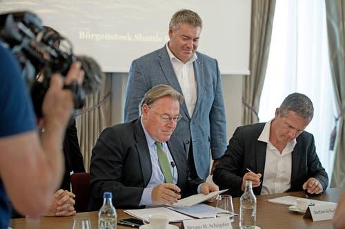 Bruno H. Schöpfer und Robert Herr vom Bürgenstock Resort unterschreiben einen Vertrag mit der Schifffahrtsgesellschaft des Vierwaldstättersees (SGV) in Vertretung von Direktor Stefan Schulthess. (Bild: Corinne Glanzmann / Keystone (Bürgenstock, 21. Juni 2017))