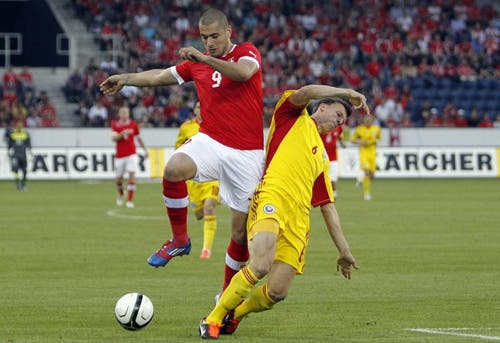 Eren Derdiyok (links) gegen Vlad Iulian Chitiches. (Bild: Keystone)