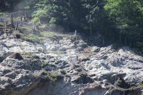 Arbeiter bohren eines von 25 Löcher in den Fels, der weggesprengt werden soll. Die Löcher sind rund 10cm dick. (Bild: René Meier / Luzernerzeitung.ch)