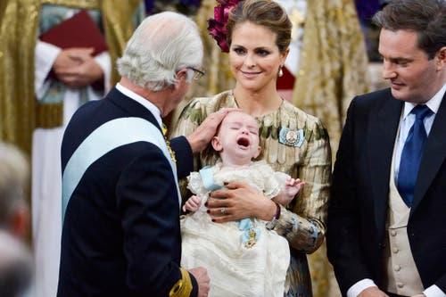 Schwedens König Carl XVI Gustaf (links) berührt den Kopf des Prinzen Nicolas, Sohn von Prinzessin Madeleine und Chris O'Neil. (Bild: AP / Jonas Ekstromer)