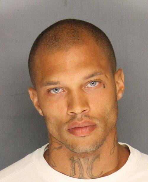 """Jeremy Meeks, 30, verhaftet wegen illegalen Waffenbesitzes soll der schönste Knastie der Welt sein. Er erhielt über 33,000 """"likes"""" auf Facebook. (Bild: Keystone)"""