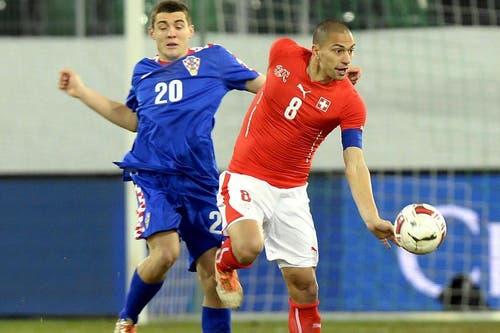 Gökhan Inler (rechts) kann den Ball gegen Mateo Kovacic behaupten. (Bild: Keystone)