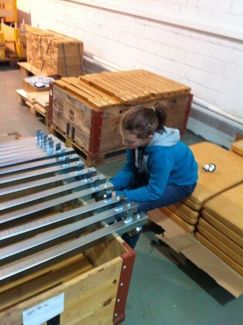 Renggli Larissa beim Fahrwerke zu Sprungkasten zusammenbauen. Bei Wiba-Sport (Bild: Renggli David)