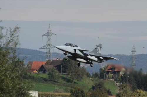 Der Gripen des Typs F landete am 3. Oktober zum ersten Mal in der Schweiz auf dem Militärflugplatz in Emmen. (Bild: Eugen Bütler)