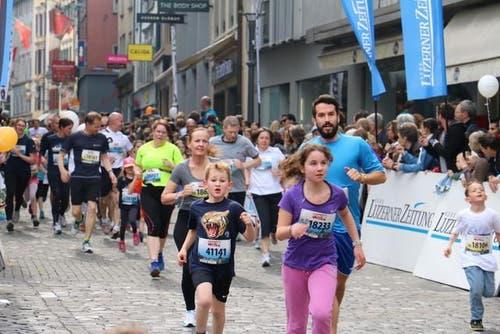 Familien absolvieren die 1,5 Kilometer lange Strecke am Luzerner Stadtlauf. (Bild: Sara Häusermann / luzernerzeitung.ch)