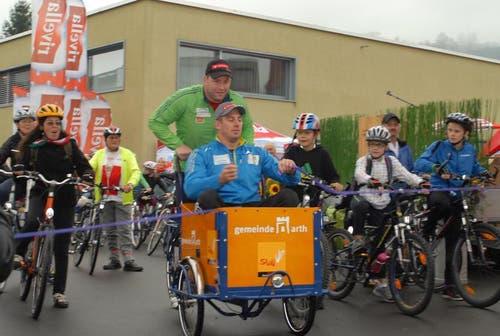Adi (grünen Jacke) und Philipp Laimbacher durchtrennen das Band in Goldau. (Bild: PD)