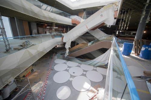 Rolltreppen und Geländer sind fix montiert, jetzt folgen die Detailarbeiten. (Bild: Urs Flüeler / Keystone)