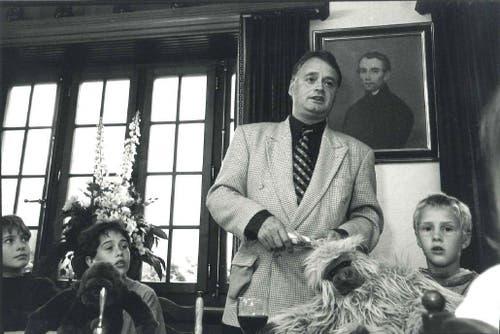 Stadtpräsident Urs W. Studer hält 1997 die Eröffnungsrede im Kinderparlament. (Bild: zvg)