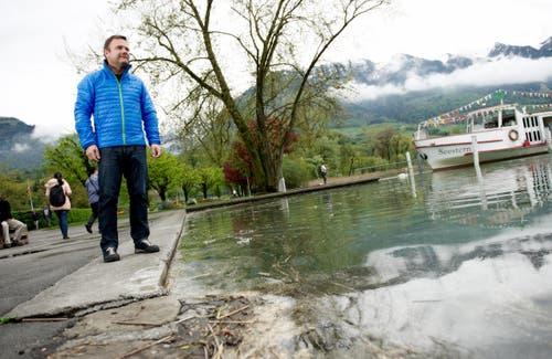 Stephan Flury vom Sarner Gemeindeführungsstab beobachtet den Pegel des Sarnersees im Seefeld. (Bild: Corinne Glanzmann)
