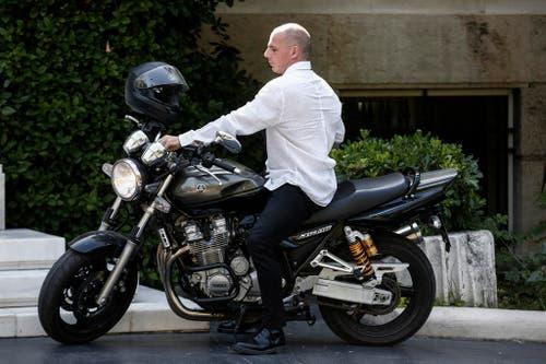 Griechenlands Finanzminister Yanis Varoufakis kommt für eine Kabinettsitzung mit dem Töff angebraust. (Bild: EPA / Yorgos Karahalis)
