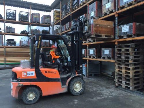 Yanis von Rotz bei der Firma Bürgi Bau AG in Alpnach im Werkhof (Bild: Elmar von Rotz)