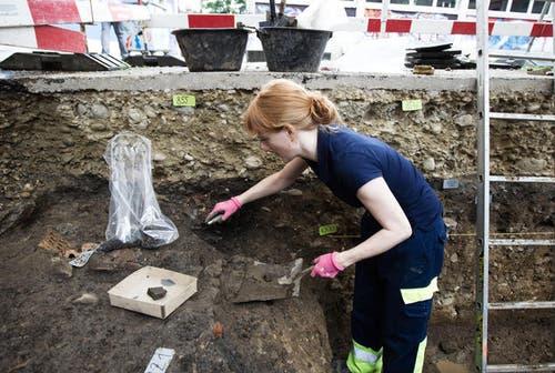 19. August 2013: Auf dem Vierherrenplatz in Sursee fanden archäologische Ausgrabungen statt. Im Bild legt Archäologin Angela Bucher gerade eine Keramikflasche frei. (Bild: Manuela Jans / Neue LZ)