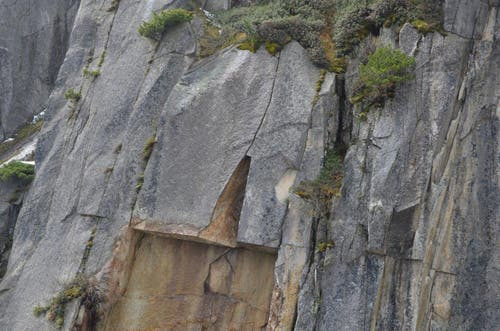 Deutlich ist die Stelle sichtbar, an der sich das Gestein gelöst hat. (Bild: Florian Arnold / Neue UZ)