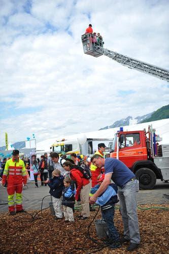 Rettungskräfte zeigen ihr Können. (Bild: Corinne Glanzmann/Neue NZ)
