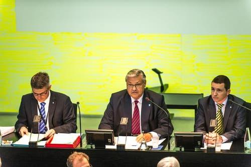 Altpräsident Räto B. Camenisch (Mitte), SVP, eröffnete die Sitzung. (Bild: Roger Grütter / Neue LZ)
