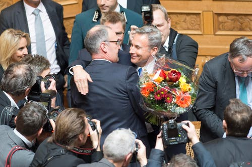 SVP-Nationalrat Guy Parmelin, VD, links, wird als neuer Bundesrat gewählt und erhält von Fraktionschef Adrian Amstutz Gratulationen. (Bild: PETER SCHNEIDER)