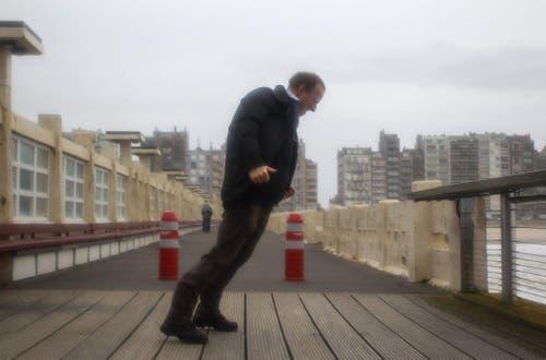 Im belgischen Blankenberge stemmt sich ein Mann gegen den Wind. (Bild: Keystone)