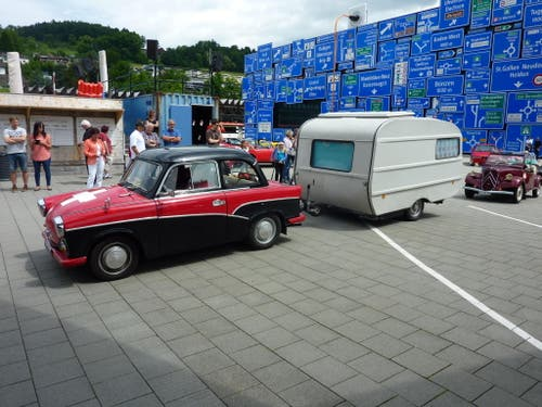Ein alter Trabi mit Wohnwagen. (Bild: PD)