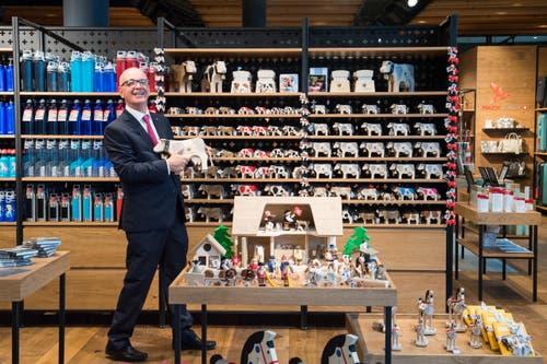 Marcel Iten, Manager der Sky Boutique auf Bürgenstock, zeigt, was hier verkauft wird. (Bild: Eveline Beerkircher)