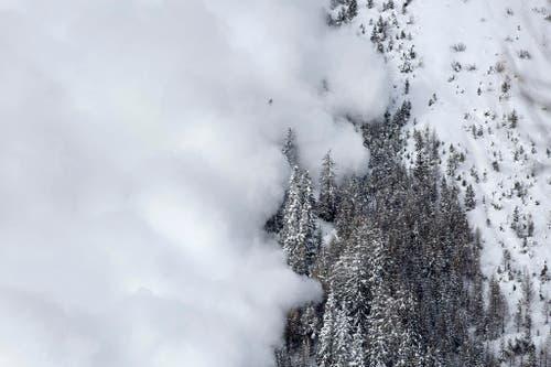Eine Lawine donnert ins Tal. Das Eidgenössische Institut für Schnee- und Lawinenforschung SLF hatte sie im Testgelände in Anzère ausgelöst. (Bild: Keystone / Gaetan Bally)