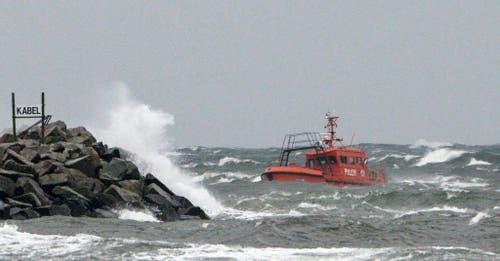 Im schwedischen Ystad schaukelt ein Schlepperboot in den Wogen. (Bild: Keystone)