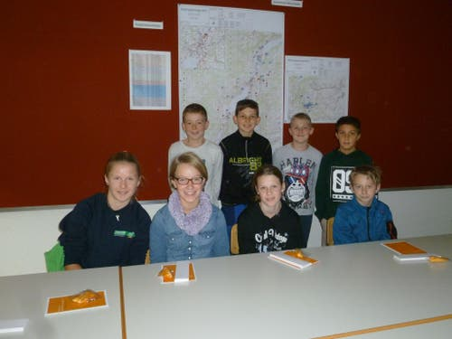 Acht Kinder waren am Besuchstag im Elektrizitätswerk Obwalden (Bild: Brigitta Berchtold)