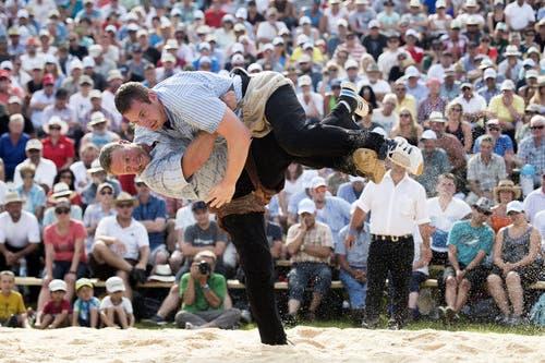 Andreas Ulrich (unten) im Schlussgang gegen Philipp Laimbacher. (Bild: Keystone / Ennio Leanza)