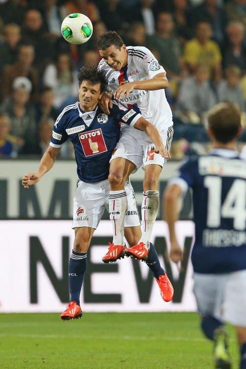 Luzerns Dimitar Rangelov (links) gegen Basels Philipp Degen. (Bild: Philipp Schmidli / Neue LZ)
