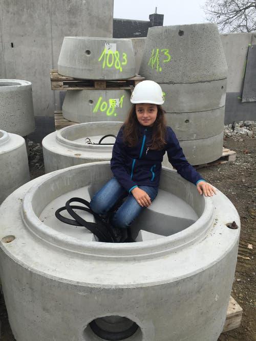 Aurora Loiarro unterwegs mit der Melk Durrer AG in einem Kontrollschacht auf der Baustelle Lediblick in Hergiswil. (Bild: Guiseppe Loiarro)