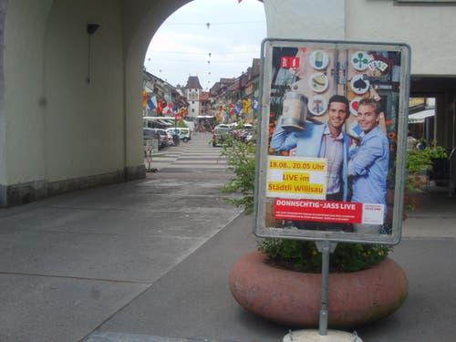 Am Eingang zum Städtli hat dieses Plakat die Jassfreunde in Willisau empfangen. (Bild: Leserbild Josef Müller)