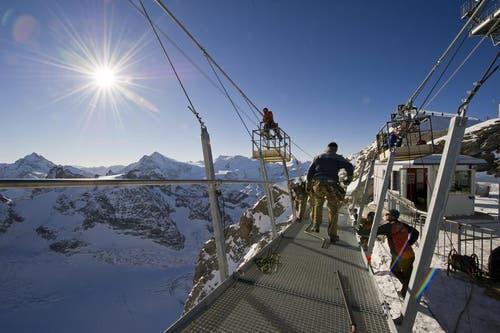 ... bis zur Bergstation der Gletscher Sesselbahn IceFlyer. (Bild: Keystone)