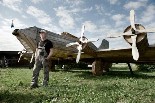 1. August: Eugen Wüest hat über 100 Stunden in die Konstruktion seines Holzflugzeuges investiert. Nur, um es am 1. August in Brand zu stecken. Unverkennbar können Fliegerexperten den Nachbau einer berühmten «Fliegende Festung» – dem amerikanischen Bomber B-17 – ausmachen. (Bild: Corinne Glanzmann)