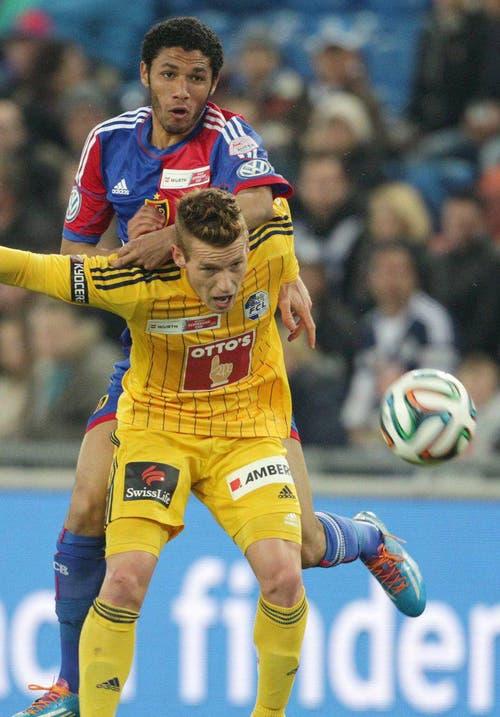 Der Luzerner Oliver Bozanic, vorne, im Zweikampf mit Basels Mohamed Elneny. (Bild: Keystone)