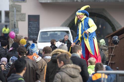 Ein Hofnarr gaukelt mit den Besuchern. (Bild: Maria Schmid / Neue ZZ)