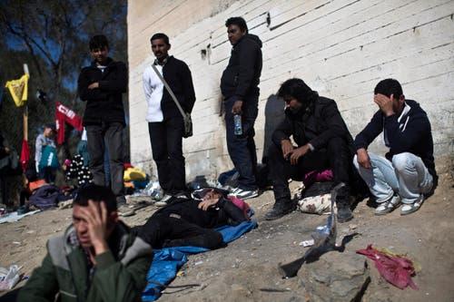 Flüchtlinge warten darauf, ins Registriengscamp Moria zu gelangen. (Bild: AP/Marko Drobnjakovic)