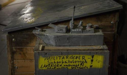28. Mai 2014: Ein von einem Arbeiter gebautes Kriegsschiff aus Abfallmaterial steht auf einer Kiste mit der handgeschriebenen Aufschrift «Militärischer Sicherheitsbereich, Anfassen untersagt! Schusswaffengebrauch!)» (Bild: Keystone)