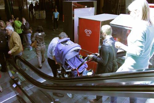 Wo kein Strom, da kein Lift. Der Kinderwagen musste die Rolltreppe hinunter getragen werden. (Bild: Christian Volken / luzernerzeitung.ch)