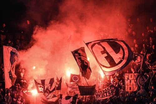 Luzern Fans zünden Pyros. (Bild: VALERIANO DI DOMENICO)