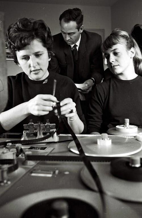 1956: Felix Hurter ist der erste Tagesschauleiter, im Vordergrund zwei Cutterinnen. (Bild: SRF)