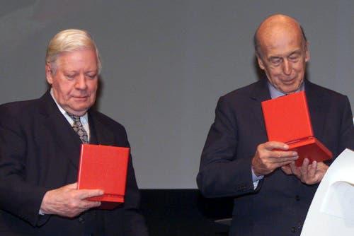 Helmut Schmidt mit dem ehemaligen französischen Staatspräsidenten Valery Giscard d'Estaing (rechts) am 9. November 2001 in Lausanne. Die beiden ehemaligen Staatsoberhäupter wurden geehrt für ihre entscheidenden Beitrag zur europäischen Währungsunion. (Bild: Keystone)