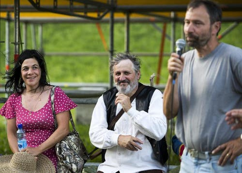 """OK-Präsident Karl Huser, rechts, spricht neben Regisseurin Meret Matter, links, und Andrea Zogg als Tell, Mitte, bei Proben für das Freilichtspiel """"Tell trifft Wagner"""". (Bild: Keystone)"""