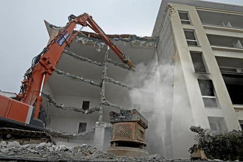 Der Bagger frisst sich durch die Stockwerke... (Bild: Nadia Schärli / Neue LZ)